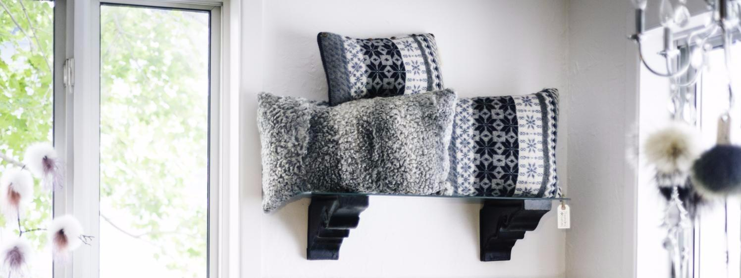 This gray Persian lamb and jacquard knit cushion inspired relaxaton. Dimensions 60x35 cm.