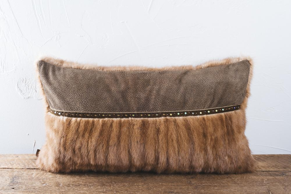 This chic copper mink cushion has a undoubtedly charm look. Adomed wicth a beautiful perl lace and Italian leather. Dimension 60x35 cm.